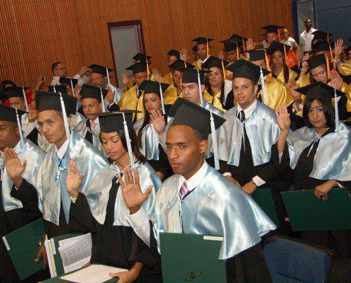 Graduandos tomando juramento