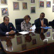 De izquierda a derecha, Luis Manuel Cruz, Director Académico de CENTU, Cielo Reynoso de Reyes, Presidenta de CENTU y Luis Henríquez, presidente de la fundación ISFAMA-3.