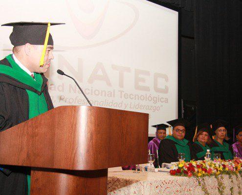 Presentando a los graduandos